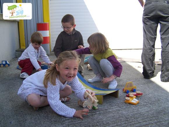 Jouer avec le jouet en bois qu'on a construit
