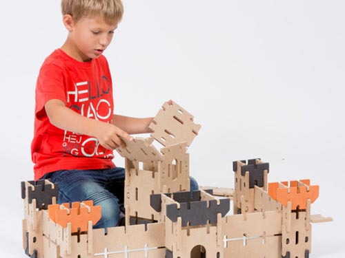 enfant qui construit un château ardennes toys